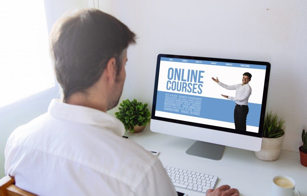 student looking at online courses ad